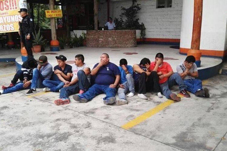 Nueve personas fueron capturadas cuando bajaban mercadería de un camión. (Foto Prensa Libre: Enrique Paredes)
