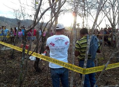 La policía  acordonó el lugar donde fue encontrado Oscar Leonel Pérez. (Foto Prensa Libre: Héctor Contreras)