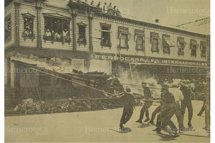 Obreros proceden a demoler parte de la antigua Estación del Ferrocarril para dar paso a las obras de ampliación de la 18 calle. (Foto: Hemeroteca PL).