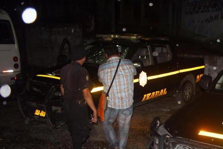 Uno de las autopatrullas que resultó con daños por los disturbios en El Estor, Izabal. (Foto Prensa Libre: Edwin Perdomo)