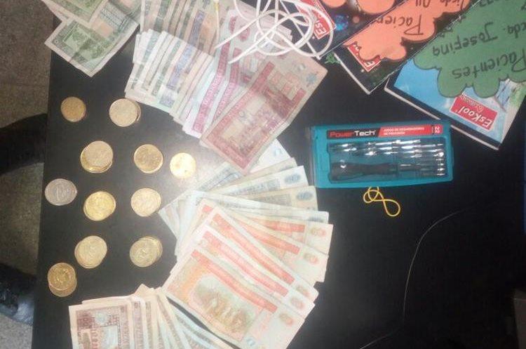 Entre los objetos que le fueron decomisados a William Colindres, la PNC recuperó el dinero que había sido robado en una iglesia en Salamá. (Foto Prensa Libre: PNC)