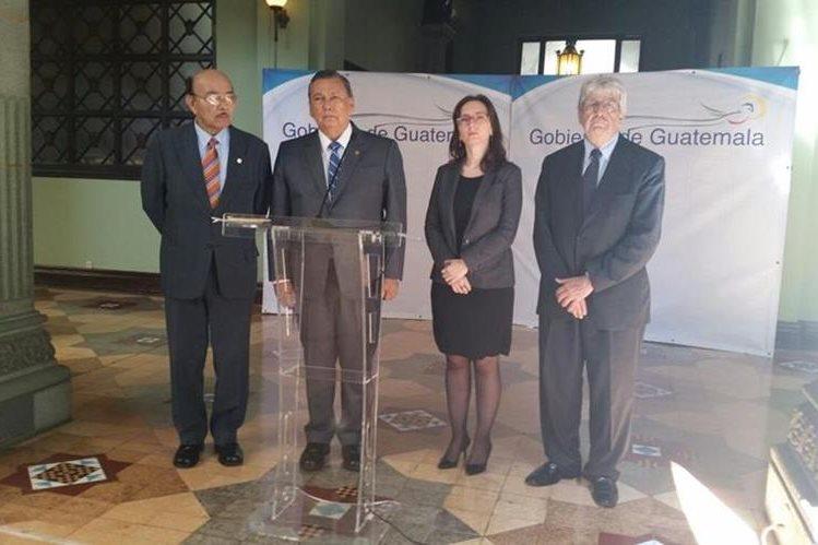 El vicepresidente Fuentes Soria junto a funcionarios y el exvicemandatario Rafael Espada, quien es observador del proceso. (Foto Prensa Libre: Presidencia)