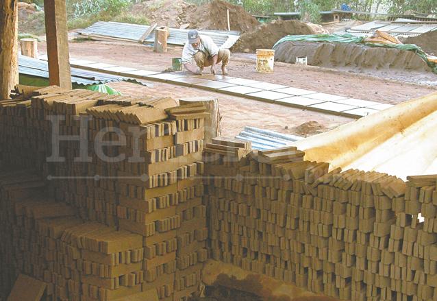 Ladrillos y tejas ya secos esperan a ser pasados al horno para terminar el proceso de producción. (Foto: Hemeroteca PL)