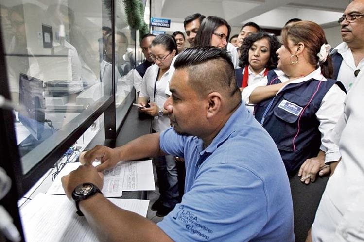 trabajadores del Mintrab denunciaron al mismo ministerio por falta de pago de un bono navideño de Q1 mil y parte del aguinaldo del presente año.