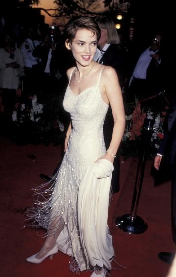 Winona Ryder en el año 1994 estaba nominada por la película The Age of Innocence y lució un vestido con flecos que reunía lo mejor del estilo de la década de 1920 y el minimalismo de la década de 1990.