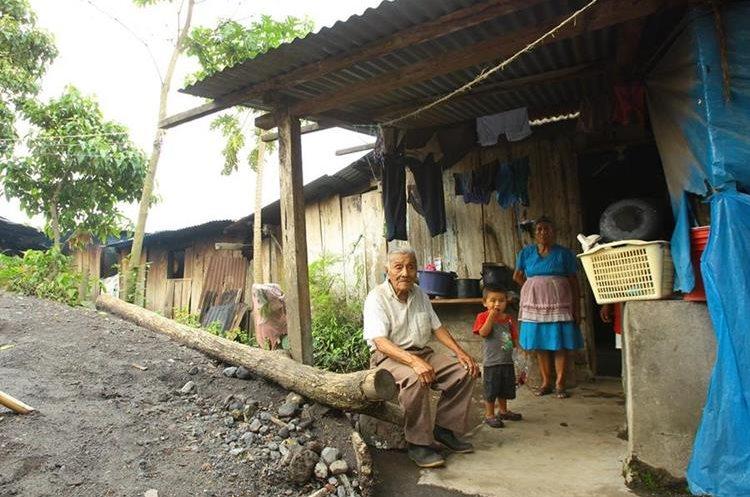 Daniel y Sofía Martínez son inquilinos del Volcán de Fuego, viven en la aldea Panimaché I. (Foto Prensa Libre: Álvaro Interiano