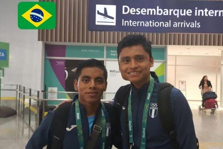 Los marchistas José Raymundo y Érick Barrondo a su llegada este martes al aeropuerto de Río de Janeiro donde competirán el próximo viernes. (Foto Prensa Libre:COG)