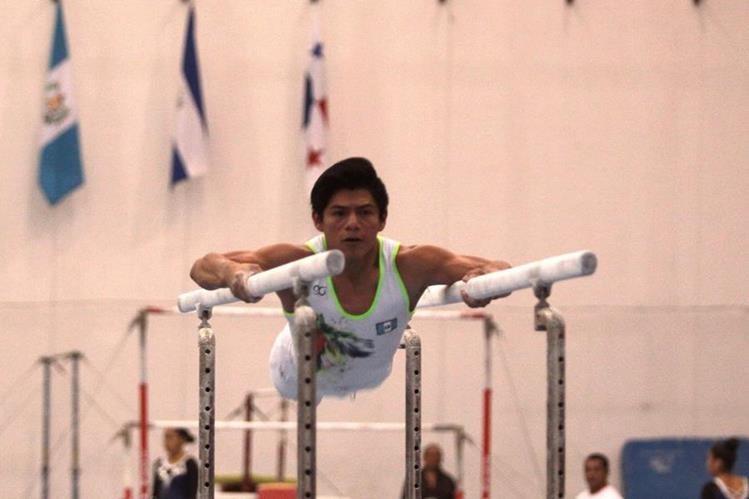 Jorge Vega durante su rutina en las barras. (Foto Prensa Libre: Jesús Cuque)