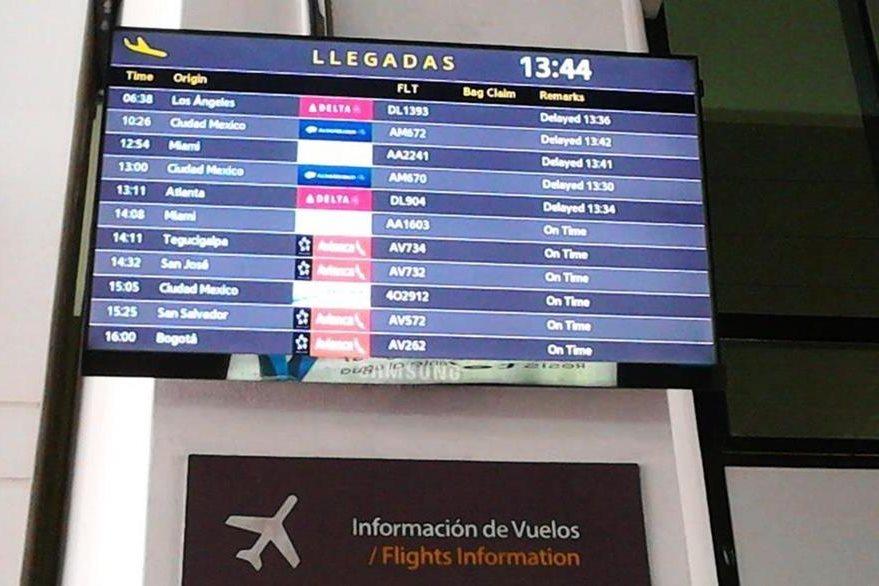 Información de vuelos retrasados por asuntos administrativos. (Foto Prensa Libre: Cortesía)