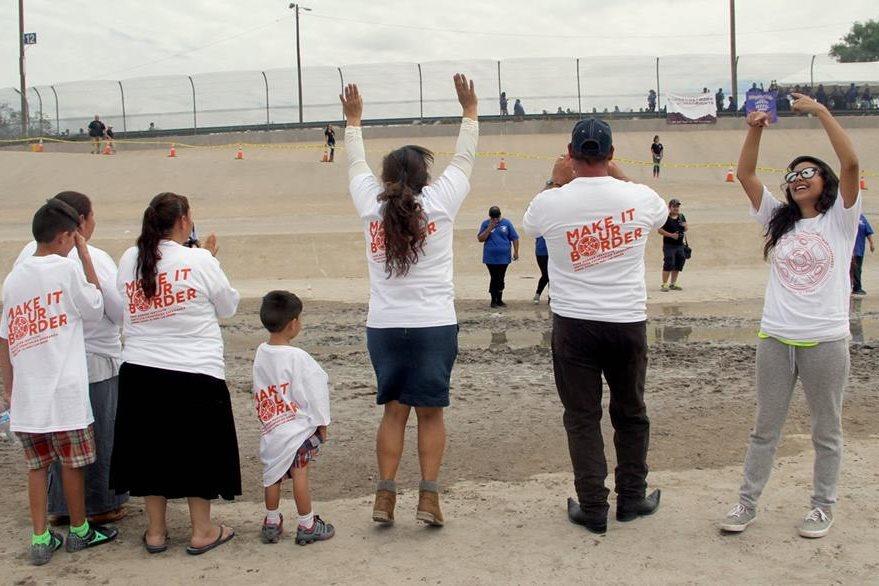 Méxicanos saludan a sus familiares desde el lado fronterizo de su país. (Foto Prensa Libre: AFP).