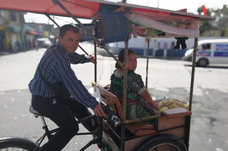 Óscar Salguero indica que manejar bicitaxi le sirve para sacar adelante a su familia. (Foto Prensa Libre: Oscar García).