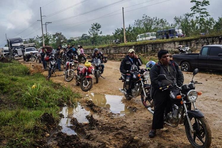Motoristas permanecen varados ante la interrupción del paso de vehículos en Sayaxché. (Foto Prensa Libre: Rigoberto Escobar).