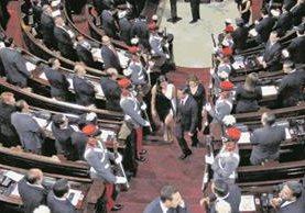 El presidente de México, Enrique Peña Nieto, sale del hemiciclo parlamentario después de haber participado en la sesión solemne en honor de su visita. Foto Prensa Libre: EFE.