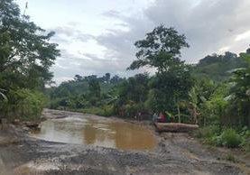 Sector de la aldea Paijá, entre Tucurú y La Tinta, Alta Verapaz, donde el tránsito encuentra entre dos y tres lagunetas a causa de nacimientos de agua.(Foto Prensa Libre: Eduardo Sam Chun)