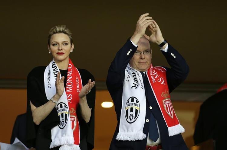 El principe Alberto II de Mónaco junto a su esposa la princesa Charlene durante el partido.