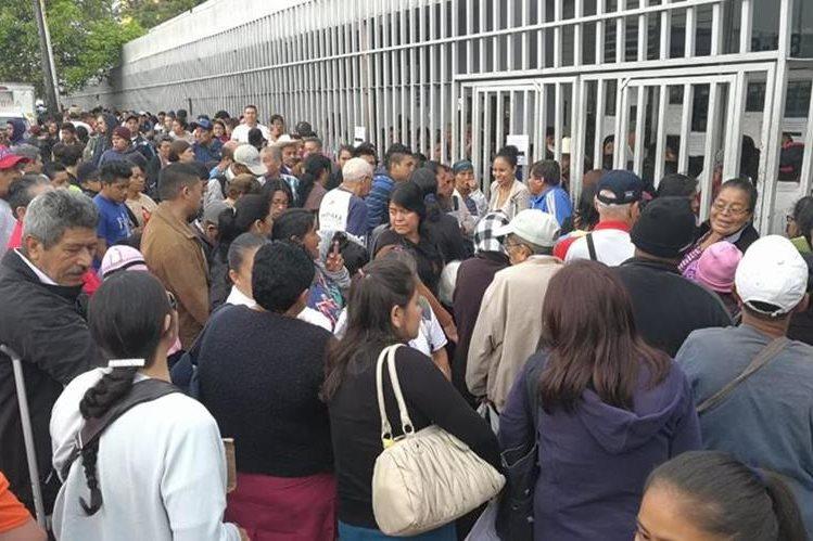 Gran cantidad de personas acudió hoy al Hospital General San Juan de Dios, por la suspensión de servicios den el Hospital Roosevelt. (Foto Prensa Libre: Estuardo Paredes)