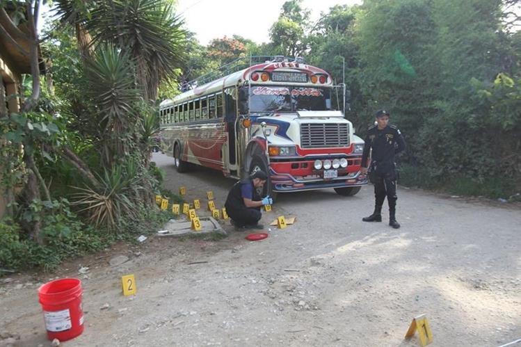 El bus de Rutas Quetzal, fue atacado en el ingreso a la aldea Ortega, Ciudad Quetzal, San Juan Sacatepéquez. (Foto Prensa Libre: Erick Ávila)