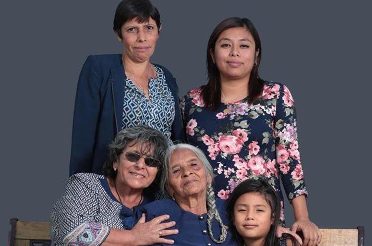 Cinco generaciones de la familia Pérez, originarias de Mataquescuintla, Jalapa. (Foto Prensa Libre: Carlos Hernández)