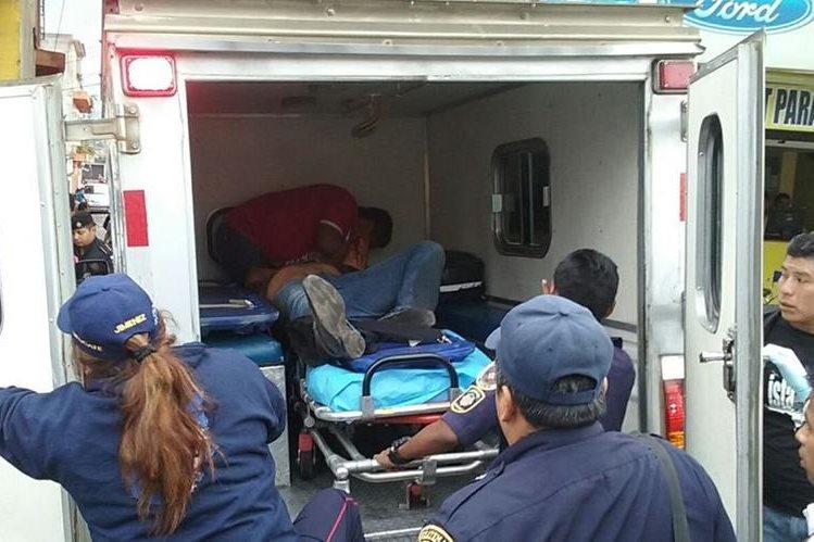 Socorristas de Chimaltenango trasladan a investigador de la PNC herido de bala. (Foto Prensa Libre: Víctor Chamalé)