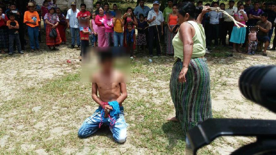 El supuesto delincuente fue llevado al centro de la comunidad donde fue azotado por su madre. (Foto Prensa Libre: Cristian Icó)