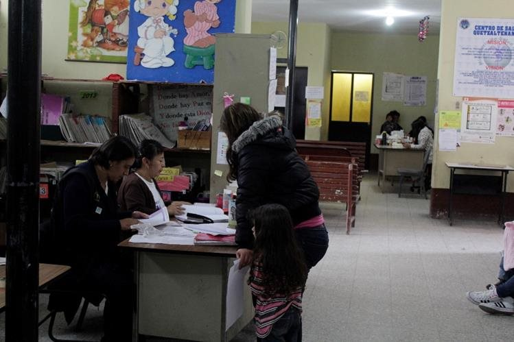 Personal del centro de Salud de Xela le informa a una madre sobre el desabastecimiento de la vacuna contra el neumococo. (Foto Prensa Libre: María José Longo)