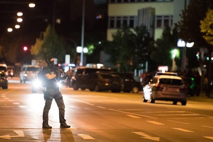Fuerzas del orden permanecen en alerta luego de la balacera ocurrida en Múnich, Alemania. (Foto Prensa Libre: AP).