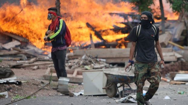 La demora en el anuncio de los resultados ha derivado en escenas de protestas y violencias. REUTERS