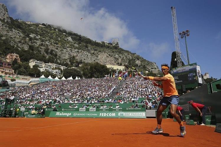 El español Rafael Nadal se clasificó este viernes para semifinales del Masters 1000 de Montecarlo al derrotar al suizo Stan Wawrinka. (Foto Prensa Libre: EFE)
