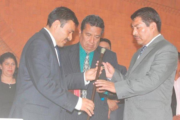 Manolo Méndez -izq- entrega de forma simbólica la vara edilicia de El Tejar, Chimaltenango, a Juan José Cúa, en el acto protocolario. (Foto Prensa Libre: Víctor Chamalé).