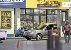Los consumidores recibieron como regalo de Navidad un incremento en los combustibles.(Foto Prensa Libre: Álvaro Interiano)