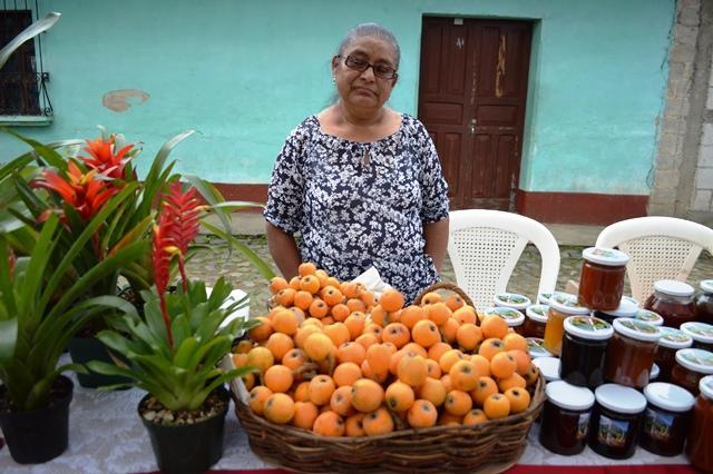 Vecinos de San Juan del Obispo aprovechan esta fecha para comercializar el fruto. (Foto prensa Libre: Miguel López)