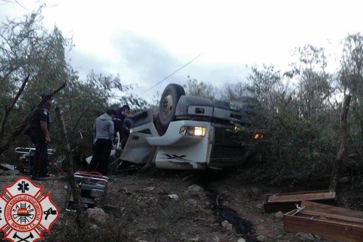 Camión accidentado quedó destruido en la ruta a Jalpatagua, Jutiapa. (Foto Prensa Libre: @CBMDEPTAL).