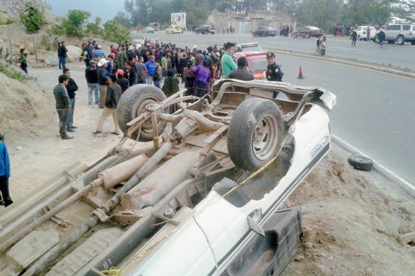 El picop  que ocasionó la muerte de una fémina volcó en el km 144 de la ruta Interamericana, entre Panajachel y Sololá. (Foto Prensa Libre: Ángel Julajuj)