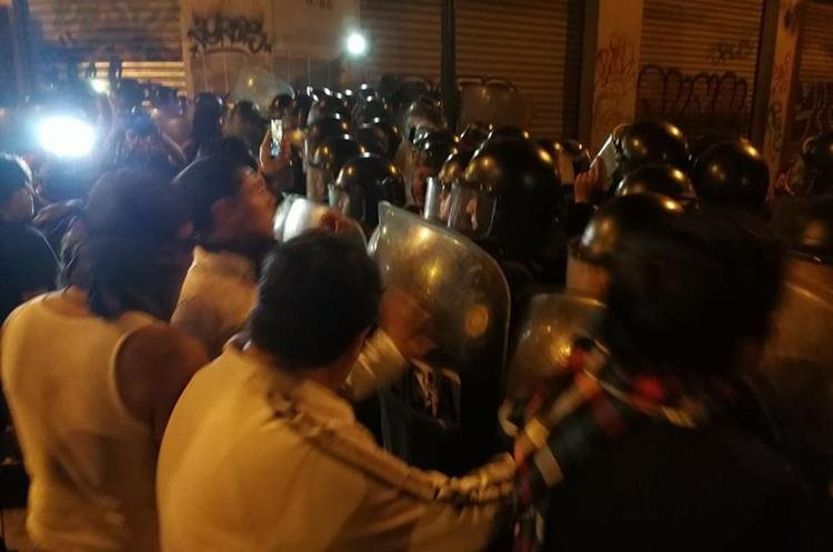 Las Fuerzas Especiales Policiacas intervinieron para dispersar a los inconformes.