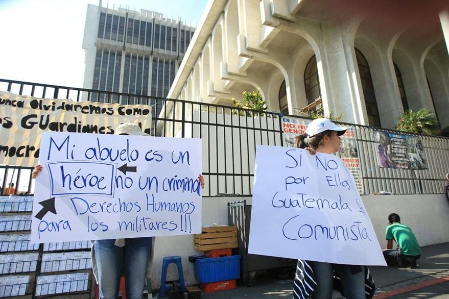 Familiares de militares detenidos protestan frente a la torre de Tribunales. (Foto Prensa Libre: Esbin García)
