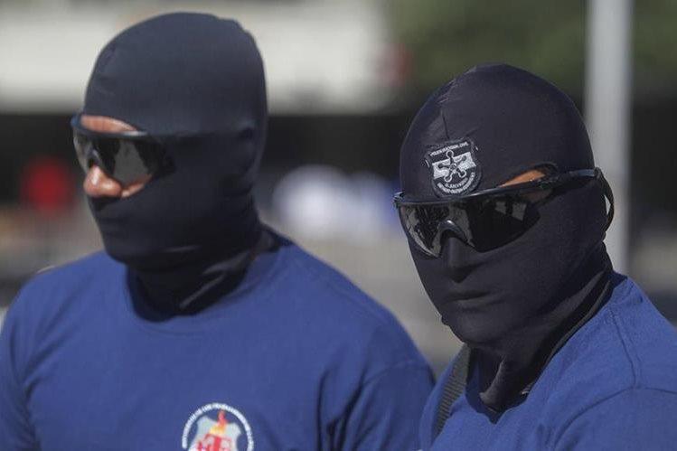 La policía salvadoreña es constantemente atacada por pandilleros.( Foto Prensa Libre: EFE)