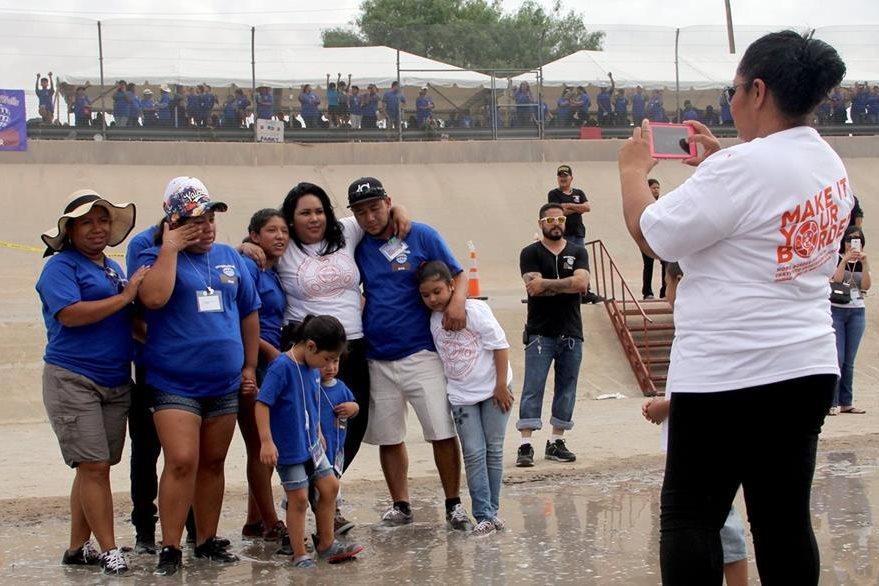 Las familias aprovecharon el corto tiempo para inmortalizar el momento tomándose una fotografía. (Foto Prensa Libre: AFP).