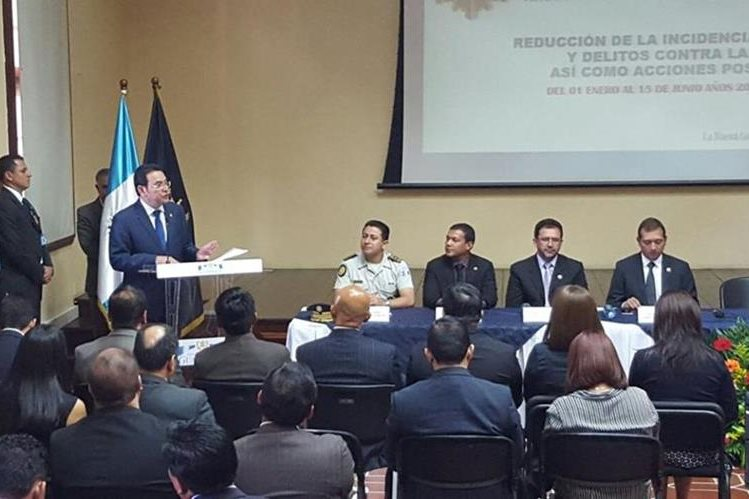El presidente Jimmy Morales expone ante jefes de diferentes departamentos del ministerio de Gobernación. (Foto Prensa Libre: Geovanni Contreras)