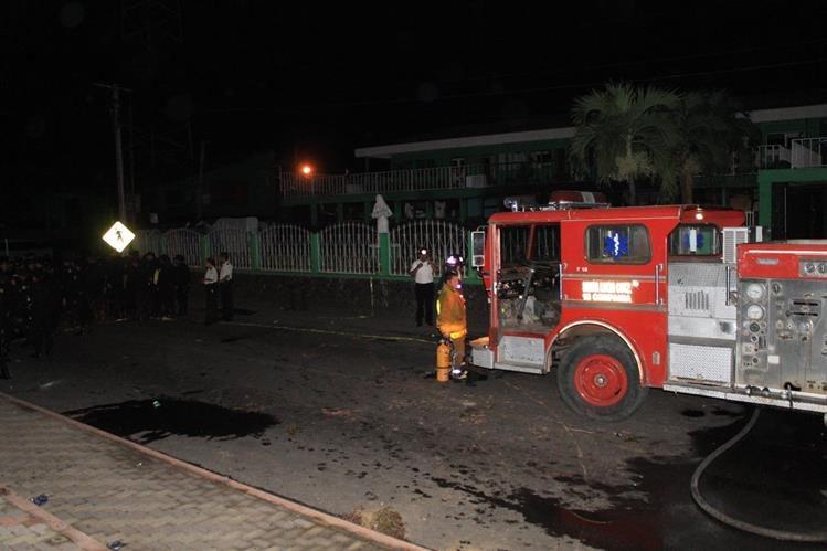 Socorristas acuden a sofocar el incendio provocado en la Municipalidad de Siquinalá, Escuintla. (Foto Prensa Libre)