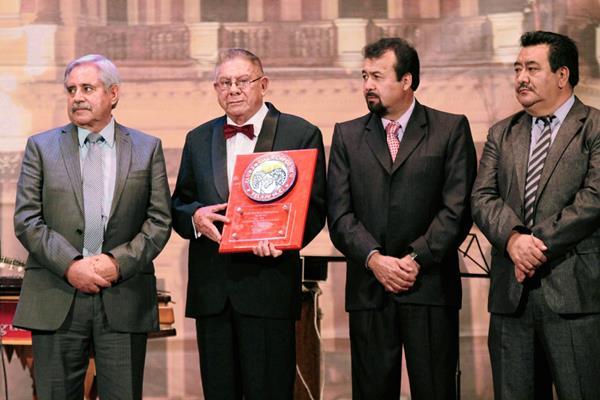 Domingo Lima, con el reconocimiento en las manos, luce emocionado por la noche de gala. (Foto Prensa Libre: Carlos Ventura)