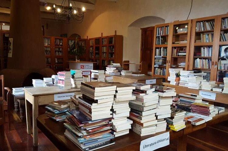 El centro cultural tiene varios textos y presenta foros de diversos temas. (Foto Prensa Libre: Julio Sicán)