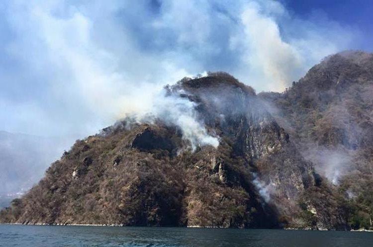 Los vecinos están preocupados porque el incendio ha llegado a restaurantes y hoteles cercanos y esto influye en el turismo.