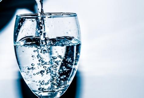 Las personas deben beber al menos dos litros de agua al día.