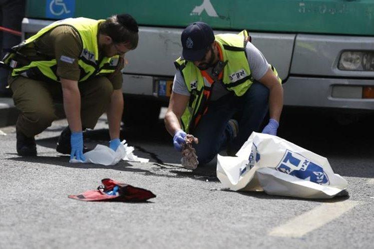 """<span class=""""irc_su"""" dir=""""ltr"""" style=""""text-align: left;"""">Dos policías forenses israelíes recogen pruebas en el lugar del apuñalamiento.</span>"""