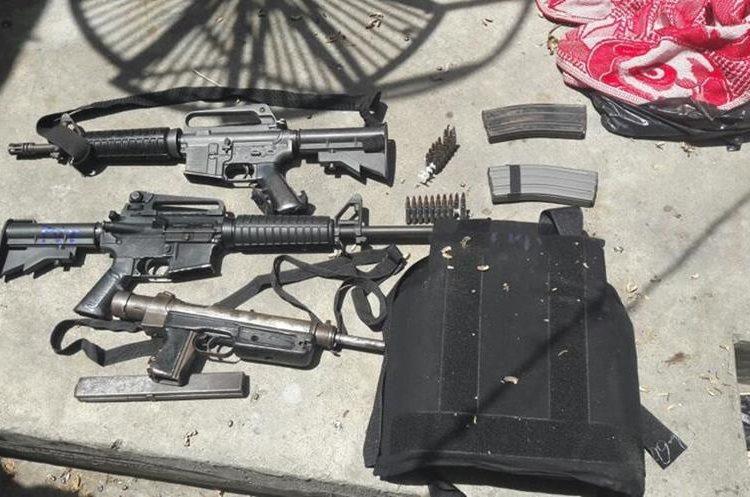 Armas decomisadas en la zona 21 y las cuales habrían sido utilizadas en los ataques contra la PNC. Foto Prensa Libre: PNC