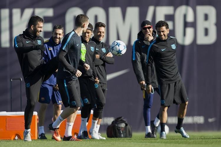 Los jugadores del FC Barcelona durante el entrenamiento que el equipo azulgrana previo al juego de Liga de Campeones ante la Roma en el Camp Nou.(Foto Prensa Libre: EFE)