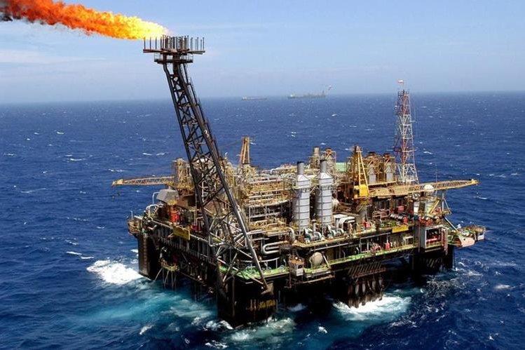 La caída repercutirá en el precio local de los combustibles. (Foto Prensa Libre: Hemeroteca PL)