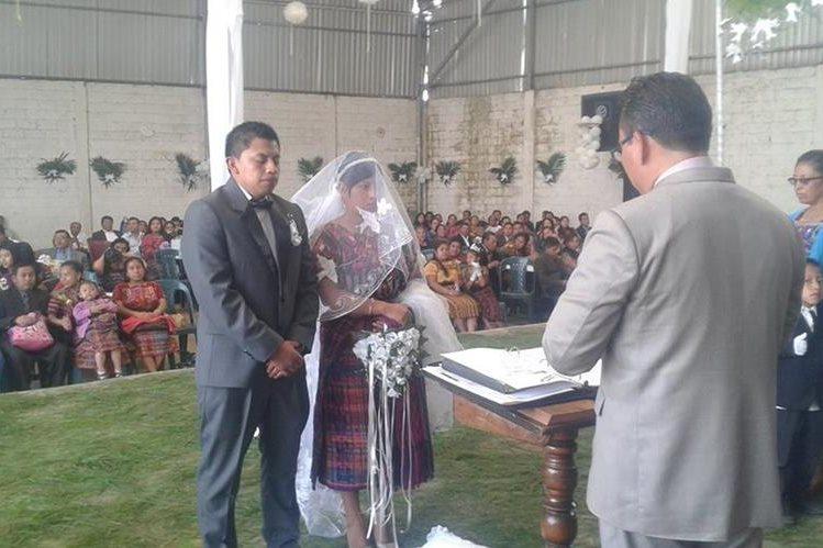 Gerber Ajpop, el día de su boda con Kenny Marroquín, en Patzún, Chimaltenango. (Foto Prensa Libre: Cortesía).