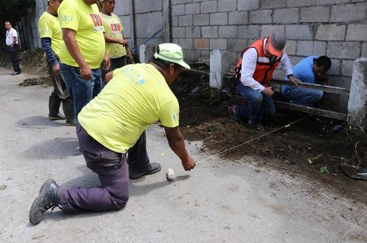 Trabajadores de Caminos evalúan los daños en el sector, que está bloqueado. (Foto Prensa Libre: Julio Sicán)