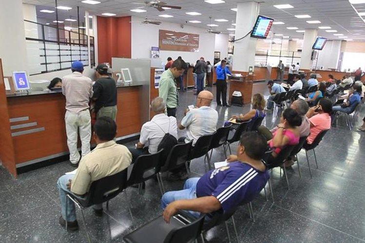 Guatemaltecos esperan ser atendidos en el Centro de Atención al Usuario del Ministerio de Finanzas. (Foto Prensa Libre: Hemeroteca PL)